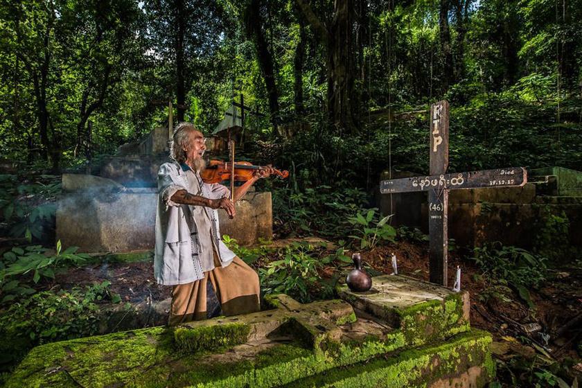 Özvegy férfi hegedűn játszik elhunyt feleségének, annak sírjánál.