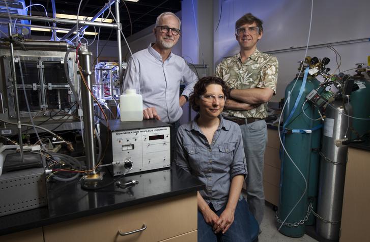Az UCi kutatói: James Smith, kémiaprofesszor; Veronique Perraud, kémikus és Sergey Nizkorodov kémiaprofesszor, a saját maguk építette füstelemző berendezéssel