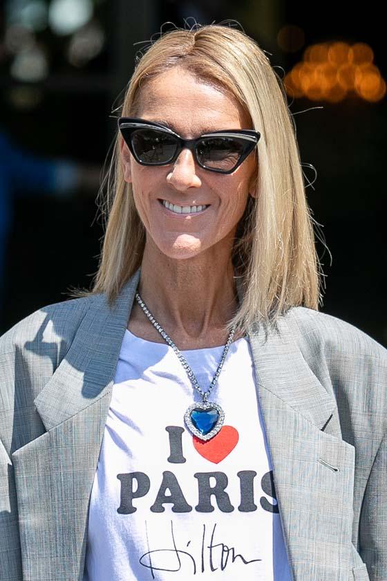 Celine Dion egy középen elválasztott, szögegyenes long bobra szavazott. A modern, fiatalos frizura remekül áll neki.