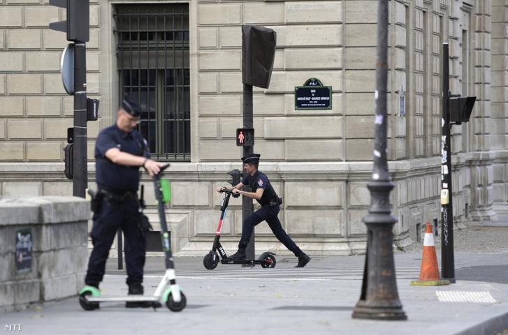 Francia rendőrök eltávolítják az elektromos rollereket a Notre-Dame-székesegyház környékéről 2019. augusztus 12-én.