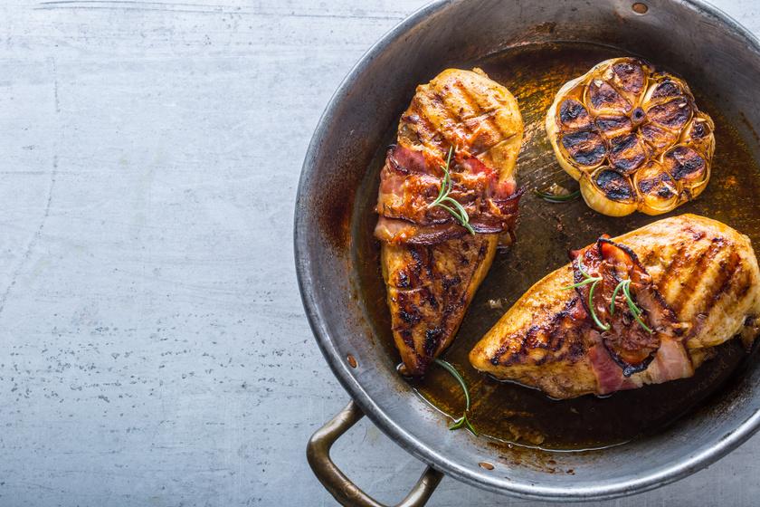 Fűszeres, sült csirkemell sok fokhagymával és baconnel: egyszerűen fenséges
