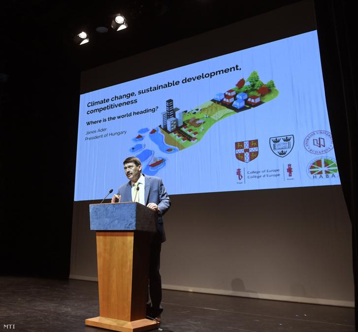 Áder János köztársasági elnök előadást tart a klímaváltozásról Budapesten, a Nemzeti Táncszínházban 2019. június 12-én.