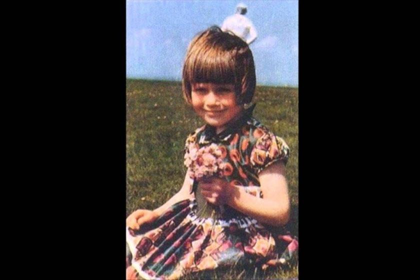 Első ránézésre semmi különös: egy kislány színes ruhácskában. Elizabeth mögött azonban egy bizarr, asztronauta-szerű alakot látni. Az 1964-es fotón sokan UFO-t sejtettek, valójában a készítő felesége, Annie sétált ki épp a képből, és kék ruhája csupán a túlexponált kép miatt tűnik fehérnek.