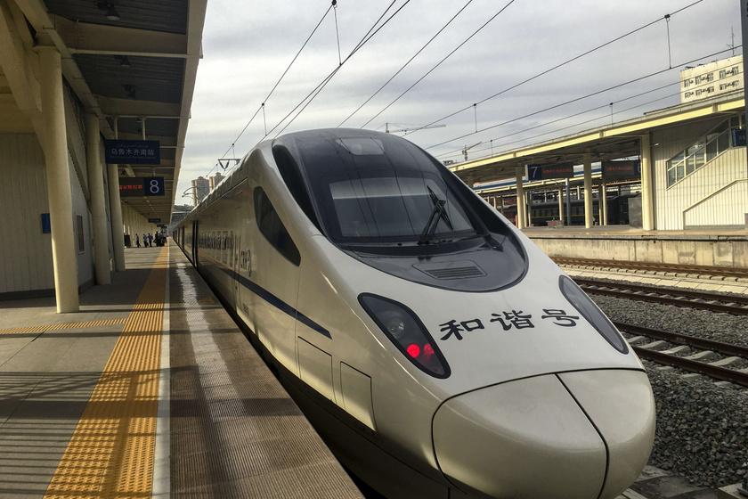 A Lancsou-Ürümcsi vasútvonalon áthaladó modern vonat.