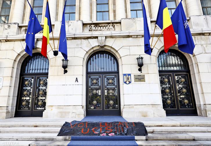 Ti öltétek meg! feliratú transzparenss a bukaresti belügyminisztérium elõtt 2019. augusztus 3-án.