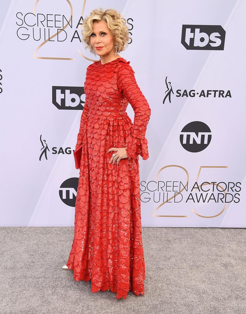 Ez a textúra! Ez a szín! Akár a sárkányok anyjának is becézhetnénk Jane Fondát ebben a ruhában.