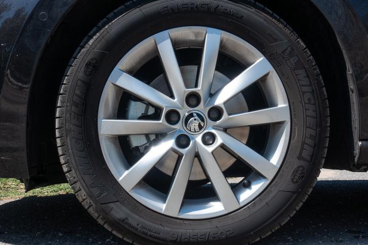 Szinte vicces ekkora kerékkel autót látni