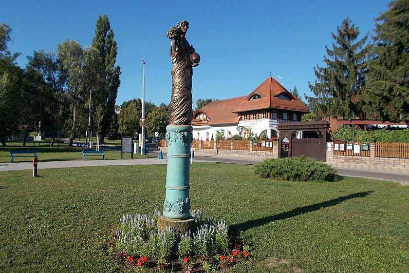 Statue of Szépasszony by Zsóka Debreczeni, Zoltán Pelcz in Eger,