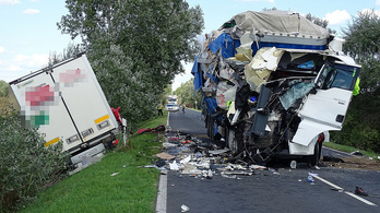 Frontálisan ütközött két kamion Kecskemét közelében