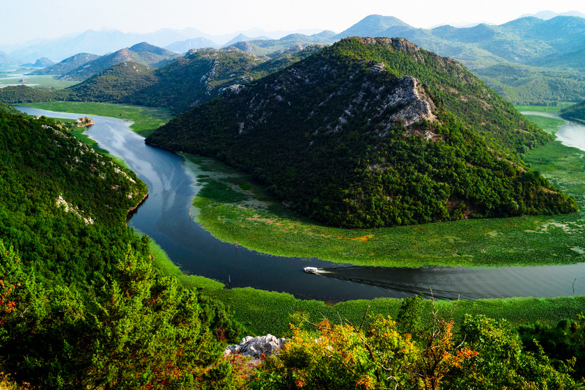 A Skadar-tóról sokan nem tudják, de a Balkán legnagyobb tava, mely Montenegró és Albánia között található. Az igen gazdag élővilágot rejtő területen még hagyományos horgászházakkal és ősi építményekkel is találkozhatunk.