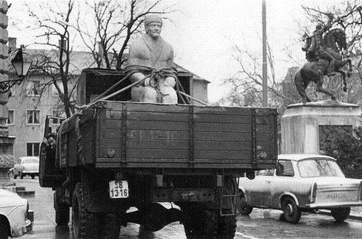 1970, Hódmezővásárhely: érkezik a Lenin-szobor. Erős kép