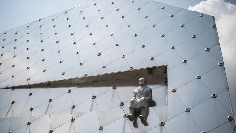 Szaró Lenin lóbálja felettünk a lábát