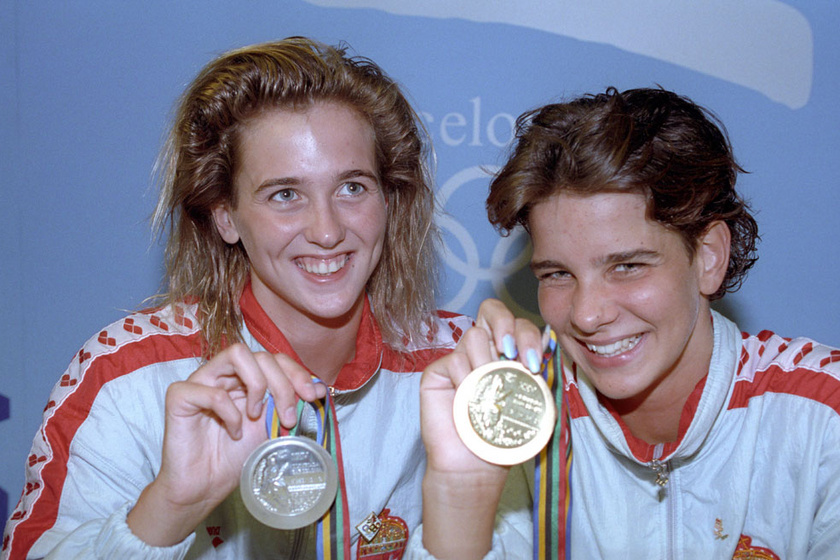 Szabó Tünde és Egerszegi Krisztina ezüst- illetve aranyérmükkel a 100 méteres női hátúszás eredményhirdetése után a barcelonai olimpián.