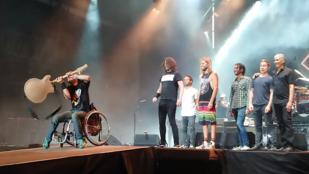 A szigetes Foo Fighters-koncert legmenőbb pillanata volt, amikor egy kerekesszékes srác csapta oda Dave Grohl gitárját