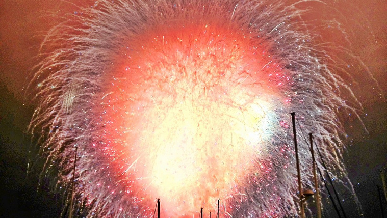 Mi történne, ha az összes tűzijátékbomba egyszerre robbanna fel?