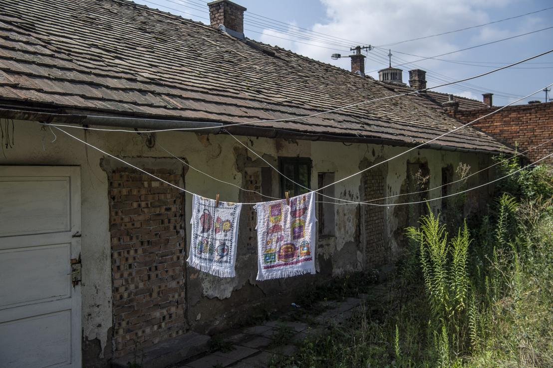 Bontásra ítélt és befalazott ház. A sorház utolsó még lakott lakásából az ott élő család már a felújított ingatlankokba költözik át.