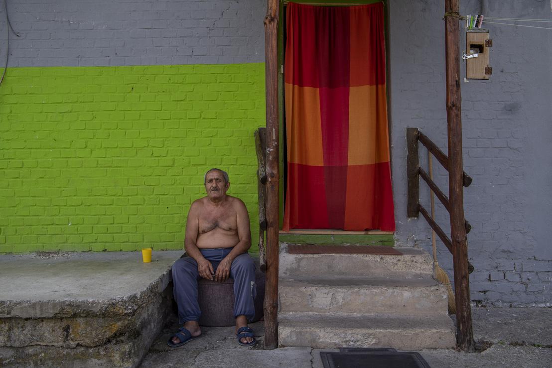 Sándor a frissen festett háza előtt.