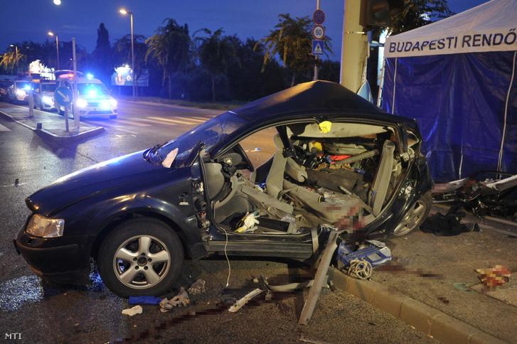 Összeroncsolódott személyautó a főváros a IV. kerületben, a Váci út és a Bagaria utca kereszteződésében 2019. augusztus 16-án. A gépjármű oszlopnak ütközött, a balesetben két ember meghalt.