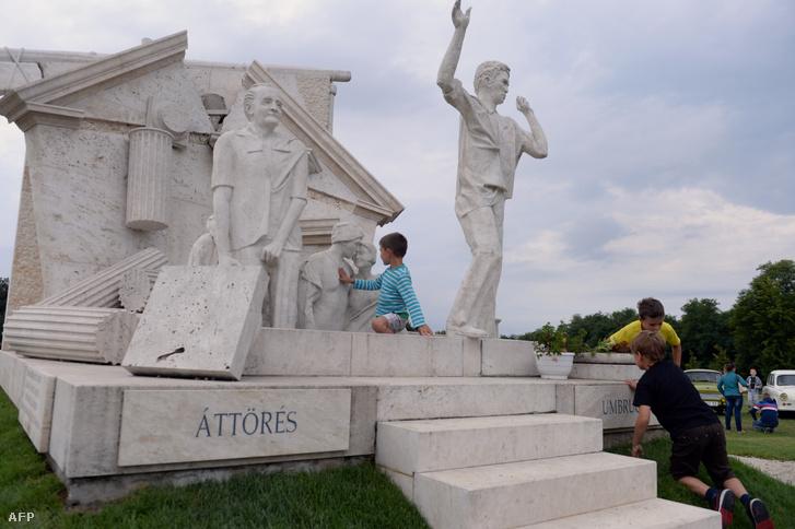 Gyerekek, Melocco Miklós Páneurópai piknik c. emlékművénél játszanak Sopronban, az 1989-es páneurópai piknik 25. évfordulójának megemlékezésén.