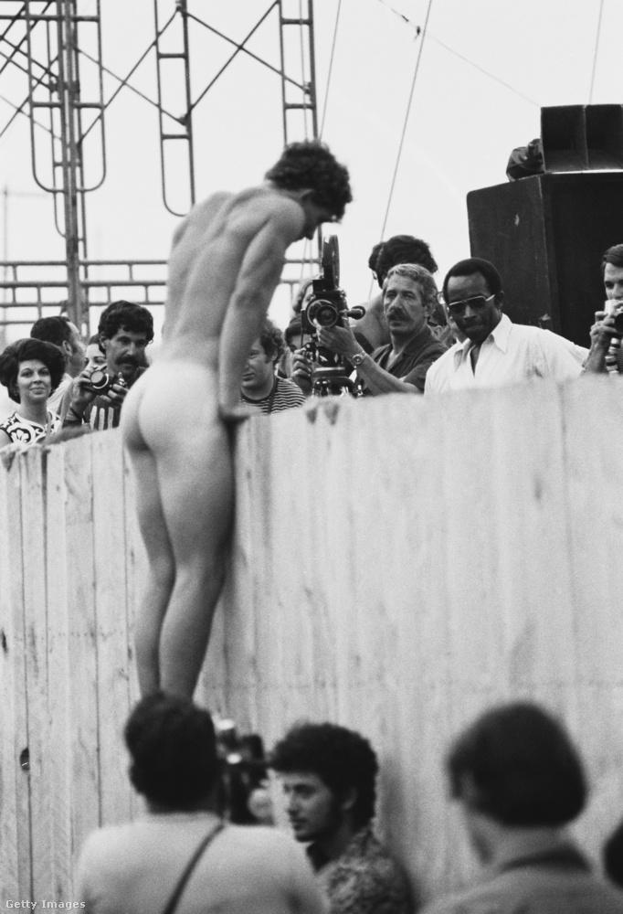 Ma is elég nagy felhördülést okozna egy ilyen nyilvános meztelenkedés még akár egy fesztiválon is, képzelhetjük, mennyire radikálisnak számított ugyanez 50 évvel ezelőtt.