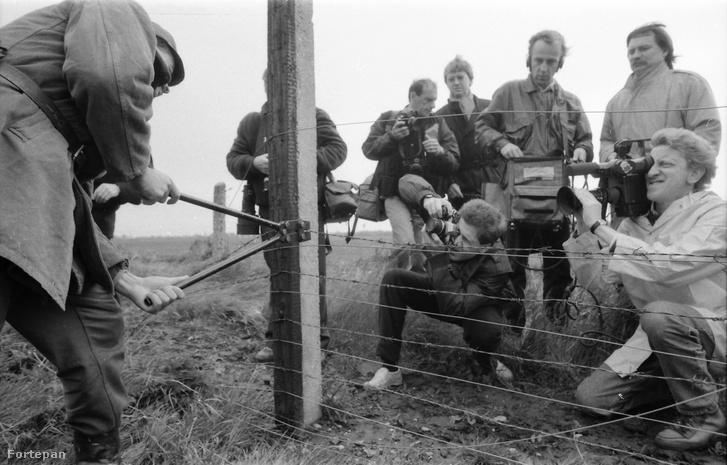 """A """"vasfüggöny"""" lebontása a magyar-osztrák határon. 1989"""