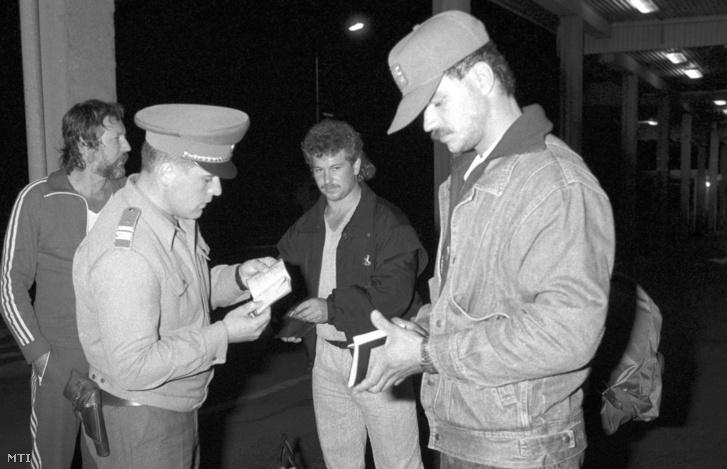 Útlevélellenõrzés a soproni oldalon. A hazánkban tartózkodó NDK (Német Demokratikus Köztársaság) állampolgárok szeptember 10-én 24 órától saját okmányukkal elhagyhatták Magyarországot és Ausztrián keresztül az NSZK-ba (Német Szövetségi Köztársaság) távozhattak. Sopronból éjfél után mintegy ezer NDK-s ment át az ideiglenesen megnyitott határon. Sopron, 1989. szeptember 10.