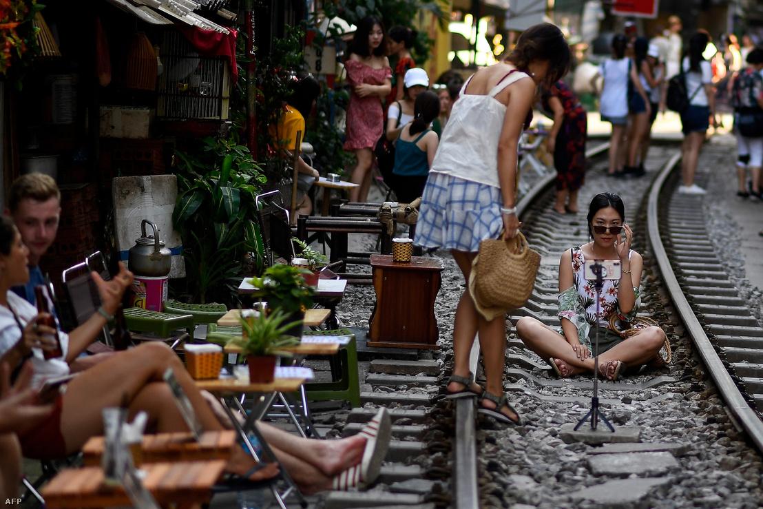 Hanoi belvárosában azok a szűk utcák, ahol vasúti sínek futnak, a turisták kedvenc szelficélpontjának számítanak