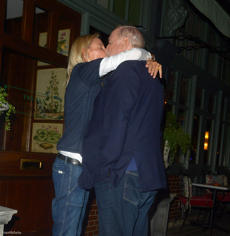 A pár most csókolózott is egyet a fotós előtt.