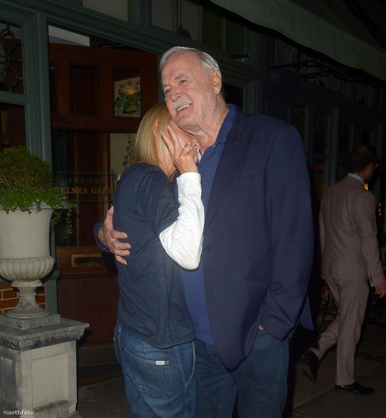 Hát a fene tudja ezekből a képekből eldönteni, hogy Cleese-ék akkor most bánják-e, hogy csókolóztak egyet a fotós előtt vagy sem.