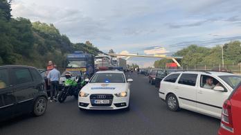 Már a második baleset miatt áll a forgalom az M7-esen a Balaton felé
