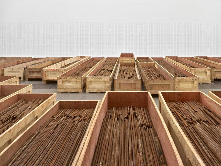Straight - mementó a 2008-as szecsuani földrengés gyerekáldozatainak; a düsseldorfi kiállítás alkalmából új elrendezésben
