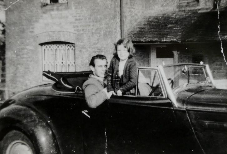 Jani bácsi első autója 1957 vagy 1958 táján. A Downton garázs mellett állt, kvázi kidobva, a főnök 20 fontért átengedte neki