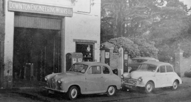 A Downton Engineeringről szóló újságcikket illusztráló kép egy ötvenes évek végi autós lapból. A két autón a Downton-tuningot csak a küszöb mellett kilógó kipufogó árulja el. Háttérben egy háború előtti Packard - jó eséllyel Jani bácsié