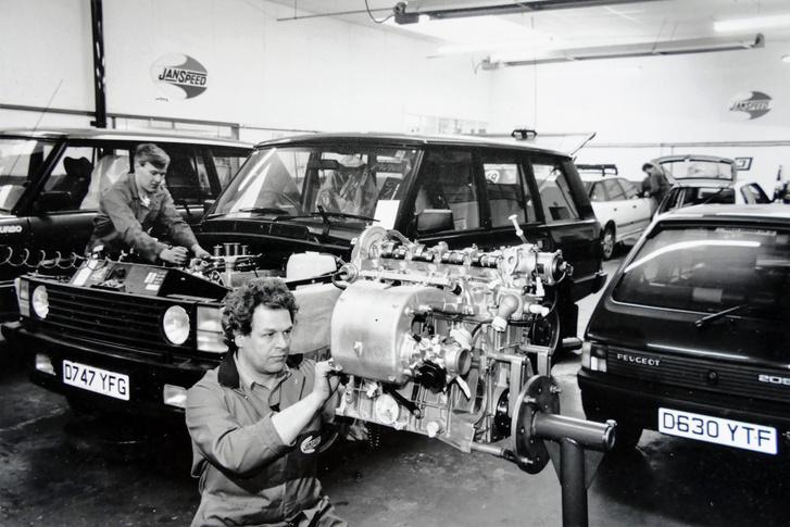 Balra épp egy Range Rover-turbósítás készül, jobbra Keith Peugeot-ja, előtte meg valószínűleg annak a motorja