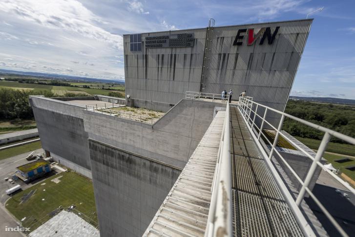 A reaktorcsarnokból pár emeletet fölfelé sétálva lehet kijutni a tetőre, ahonnan a a kéményhez is el lehet jutni.