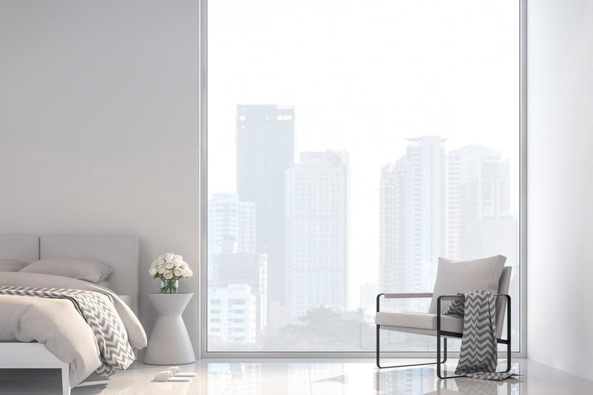A minimalizmus egyik legfontosabb alapelve a harmónia. A térben található tárgyaknak, színeknek és formáknak harmonizálniuk kell egymással, hogy a lehető legnyugtatóbb hatást keltsék. A képen a szögletes fotel az ágy szögletességét idézi, színében pedig visszaköszön az ágynemű színe.