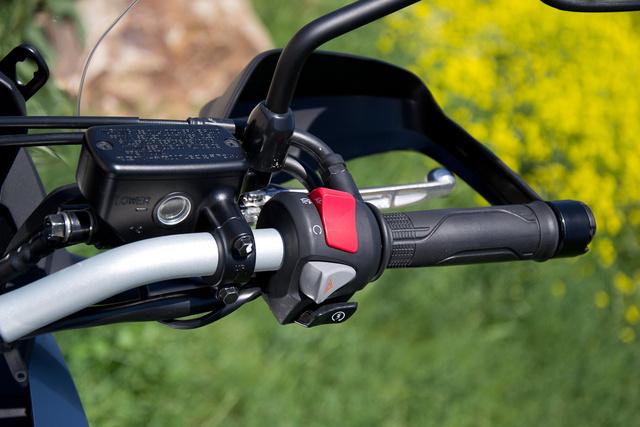 Az új fajta Honda kormánykapcsolókat először a VFR1200F-en láttuk. Nagyobbak a gombok, mint régen