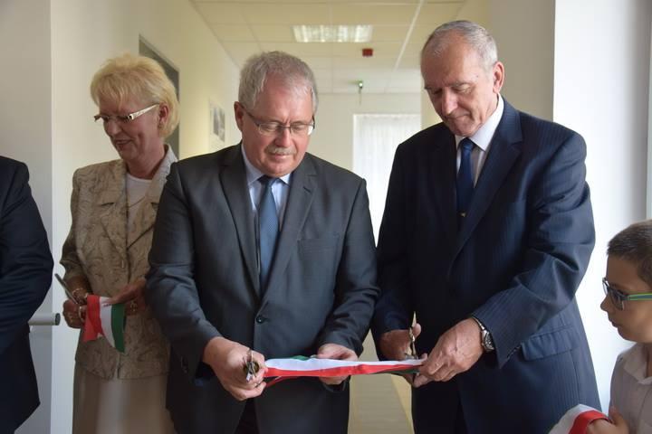 Nagyné László Erzsébet és Fazekas Sándor fideszes képviselő a Kunhegyesi Ápolási Otthon felújított épületének átadsán, 2017-ben