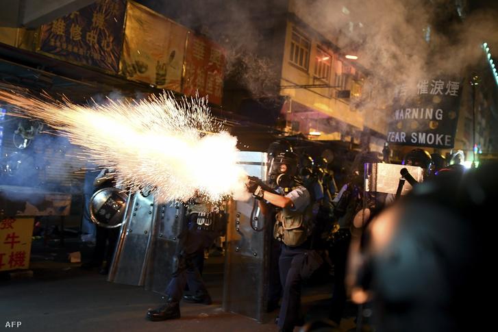 Rendőrök könnygázzal oszlatják a tüntető tömeget Hongkongban, 2019. augusztus 14-én