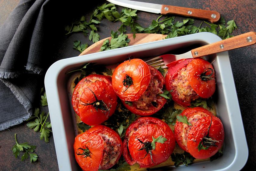 Fűszeres darált hússal töltött sült paradicsom: laktató főétel látványosan