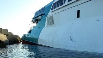 393 emberrel a fedélzetén futott zátonyra egy komp Spanyolországban
