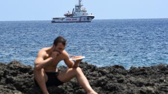Salvini megengedte, hogy a gyerekek partra szálljanak a menekülthajóról