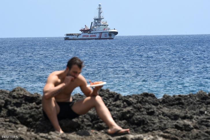 A tengeren veszteglő Open Arms