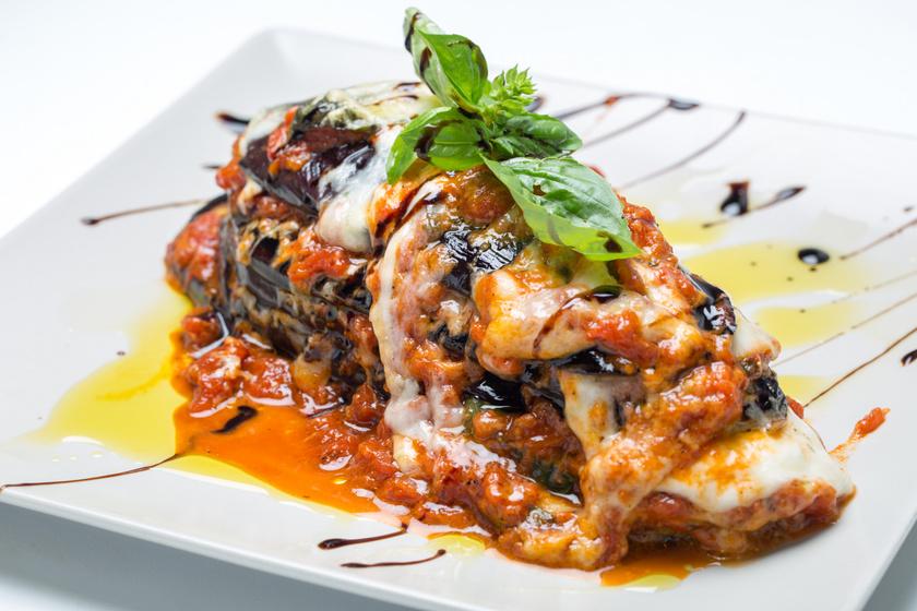 A padlizsános lasagne lényege, hogy a tésztalapok helyét padlizsáncsíkok veszik át. Ha diétához készíted, ügyelj, hogy kevés, és lehetőleg olívaolajat használj, valamint zsírszegény sajtot reszelj az étel tetejére. Még fogyókúrásabb lesz a hatás, ha teljesen elhagyod a sajtot.