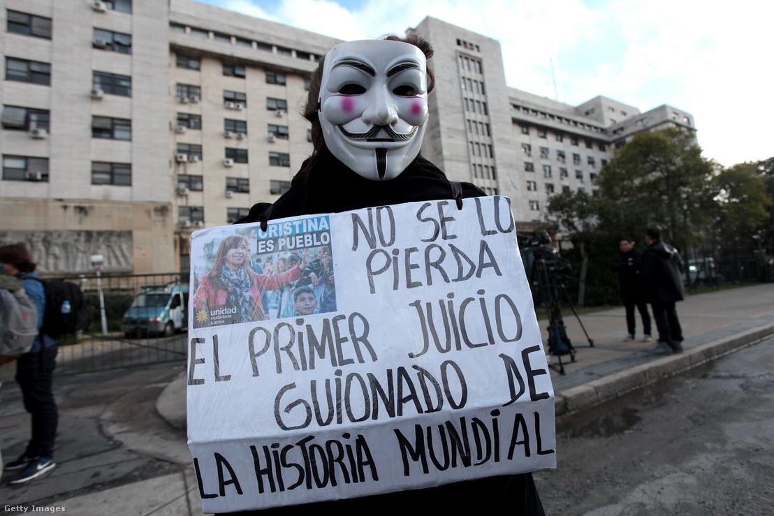 Cristina Fernández de Kirchner egyik támogatója a politikusnő korrupciós perének első tárgyalási napján, a Buenos Aires-i bíróság előtt, 2019. május 21-én
