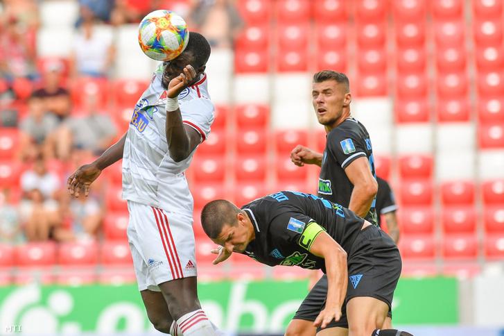 A debreceni Haruna Garba (b), valamint a zalaegerszegi Devecseri Szilárd (k) és Kocsis Gergő Bence (j) a labdarúgó OTP Bank Liga 3. fordulójában játszott Debreceni VSC - ZTE FC mérkőzésen