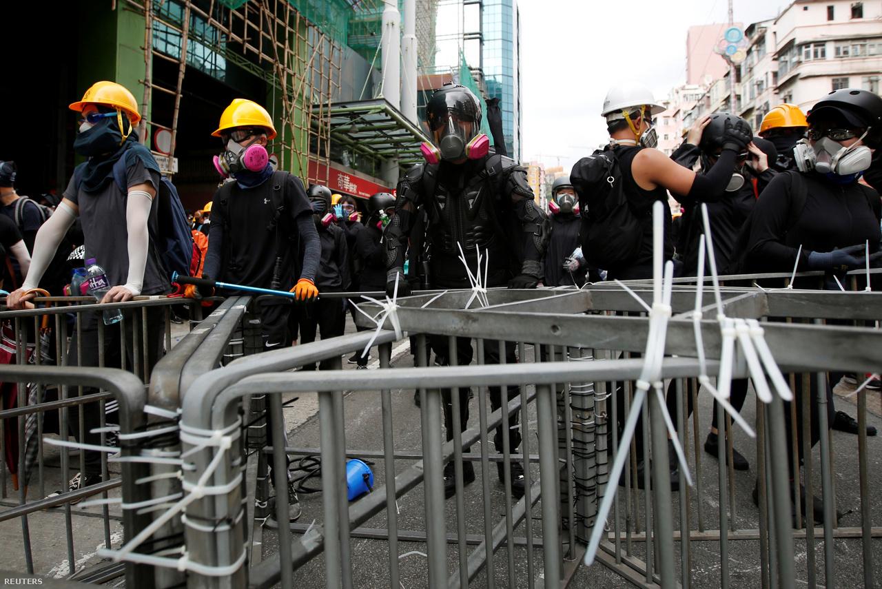 A kábelkötözőknek is egészen új szerep jut a tüntetések alatt. Ahogy 2014-ben, most is ezekkel erősítik össze a rögtönzött barikádelemeket. Talán meglepőnek tűnhet, de mivel a tüntetések a hongkongi mindennapok részei lettek, és a város megannyi pontját érinthetik, nem csak azok vásárolnak például gázmaszkot, akik szembe akarnak nézni a rendőrökkel, hanem állítólag olyanok is, akik a biztonság kedvéért viszik magukkal a munkába. A tüntetőkkel szimpatizáló boltosok közül van, aki kitelepül a tiltakozások helyszínére, és ott árul felszereléseket, a diákok pedig még kedvezményt is kapnak tőle. Mostanra azonban sokszor hiánycikkek lettek a teljes arcot befedő gázmaszkok, árusok azt mondják, hogy a rendeléseknek csak a harmadát kapják meg a beszállítóktól, és ennek hátterében a hongkongi vezetés állhat.