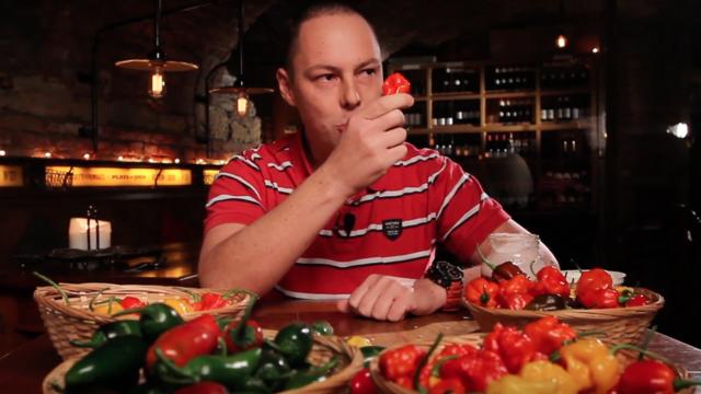 Elhamarkodott chili paprika kóstolás