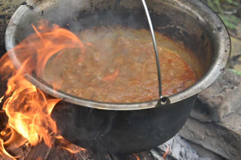 Bográcsos sertéspörkölt szabályok nélkül: a füst mindent megváltoztat