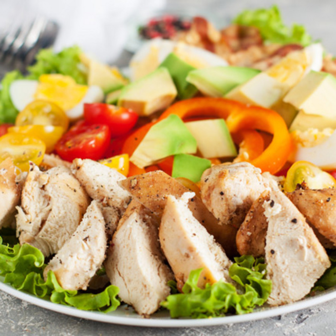 Avokádós-csirkés saláta: tökéletes nyári főétel, ráadásul laktató